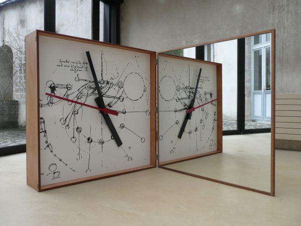 """Jean Dupuy, """"Leo's clock"""", 1972 - bois, mouvement d'horloge, aiguilles, tirage photographique (dessin de Léonard de Vinci), miroir - Collection Géotec, achat 2009"""