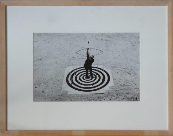 """Gilbert Garcin, """"Le cœur de la cible"""", 1993-2001 - photographie noir & blanc - éd. 5/8 - Collection Géotec, achat 2018"""