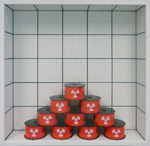 """Jean-Pierre Raynaud, """"Carrelage + Nucléaire"""", 1991- carreaux de faïence sur bois, verre, ruban signalétique - Collection Géotec, achat 2006"""