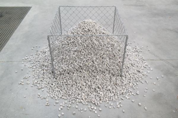 """Bernard Pagès, """"Le Tas de graviers"""", 1969 - graviers de calcaire concassés, grillage à simple torsion, structure métallique - Collection Géotec, achat 2014"""
